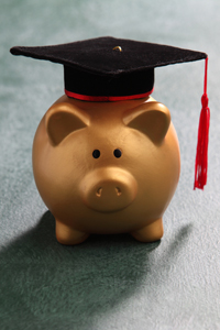 Piggy bank wearing mortarboard hat